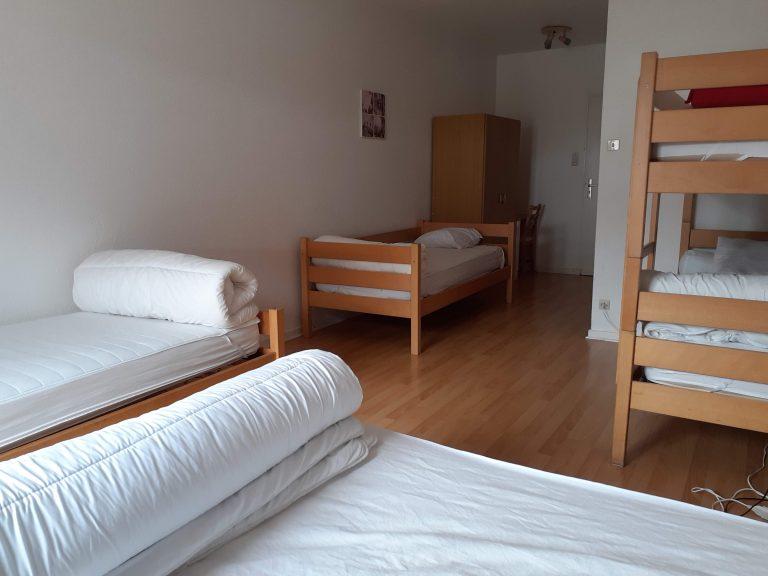 Chambre 2 : 2 petits lits, 1 lit superposé et 1 lit double