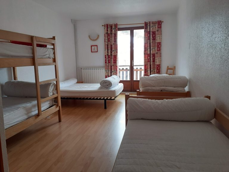 Chambre 4 : 4 lits simples et 1 lit superposé